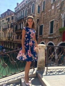 Ez a lágy esésű hernyóselyem ruha Velence utcáin hódított.